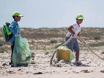 تصاویر پاکسازی سواحل جزیره هندورابی به مناسبت هفته زمین پاک