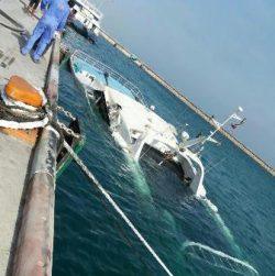 عملیات خارج سازی کشتی مغروق دنا در بندرگاه + تصاویر