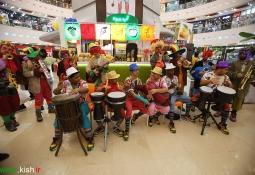 اجرای گروه های موسیقی بمباسی و دلقکها در بازار مرکزتجازی کیش