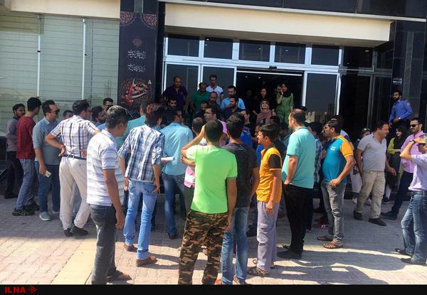 تجمع کارگران کیش چوب مقابل دفتر اشتغال منطقه آزاد کیش/ کارفرما:علت بدحسابی رکود بازار مسکن است