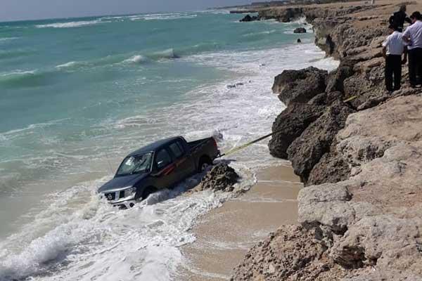 فیلم | سقوط یک دستگاه نیسان ناوارا به دریا
