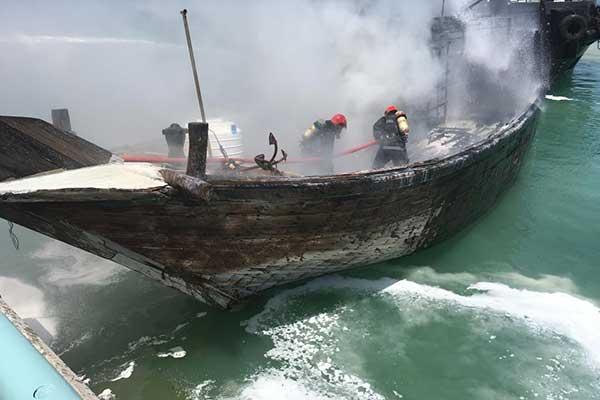 تصاویر آتش سوزی لنج باری در بندرگاه کیش
